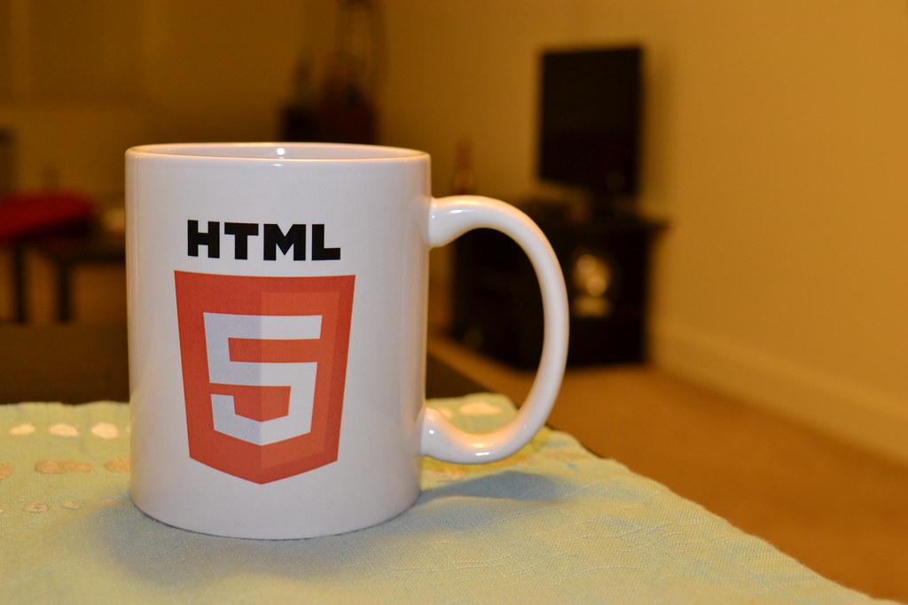 有HTML5標籤的馬克杯
