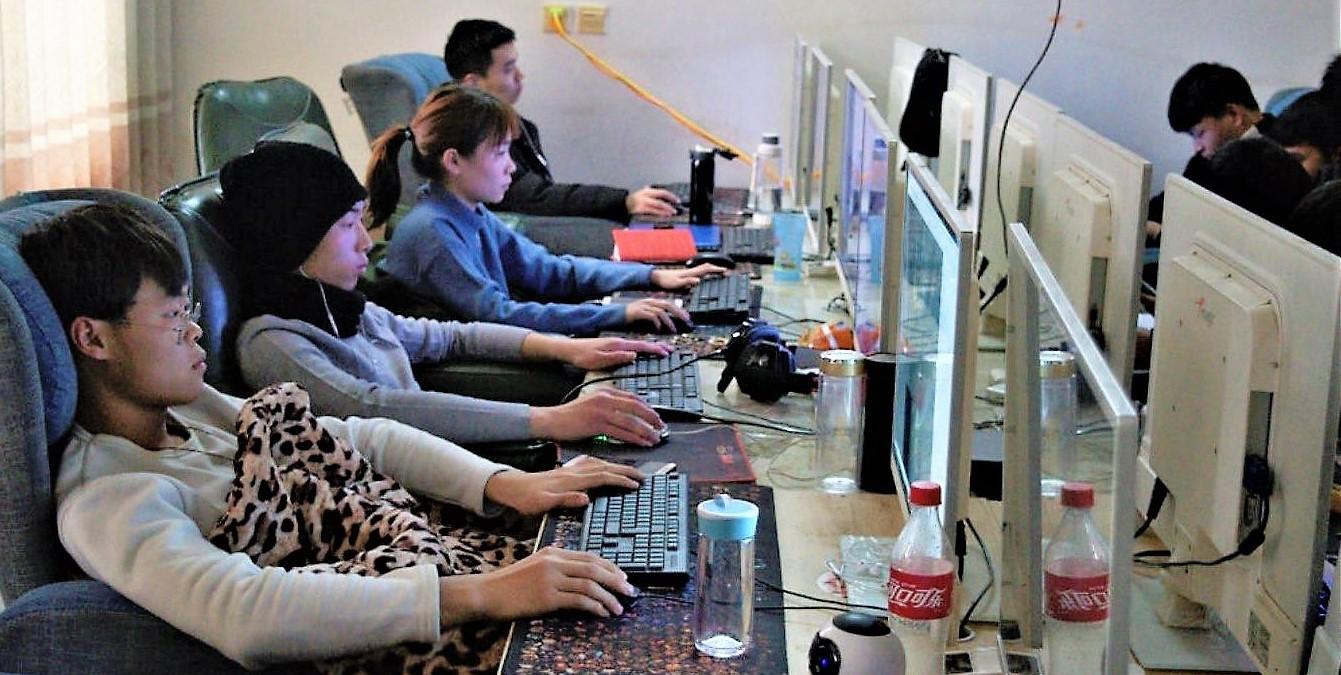 中國年輕藍領正在訓練AI人工智能的圖片