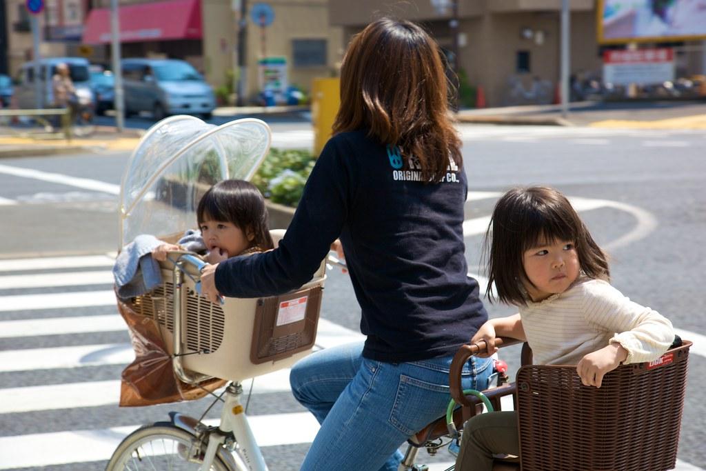 日本母親帶兩個孩子