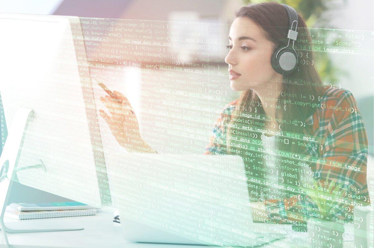 寫程式時聽音樂的女工程師示意圖