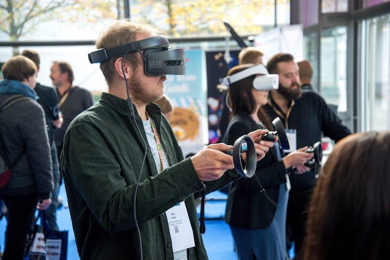 戴著VR裝置的人