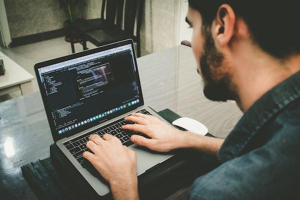 用說的就能寫程式!人工智慧替手傷工程師開發語音程式工具