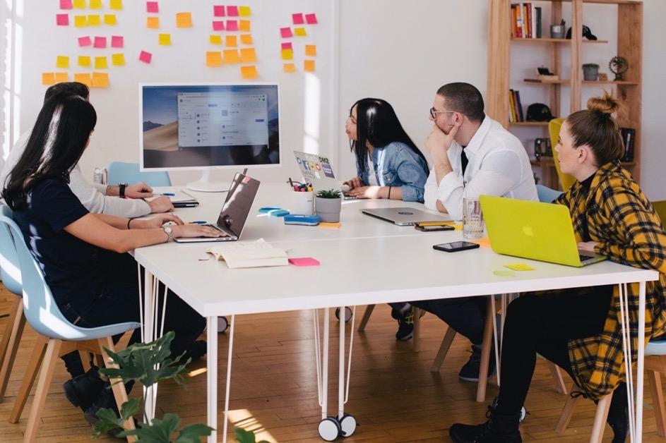 加拿大一間工作室內一群設計師們在討論網站介面